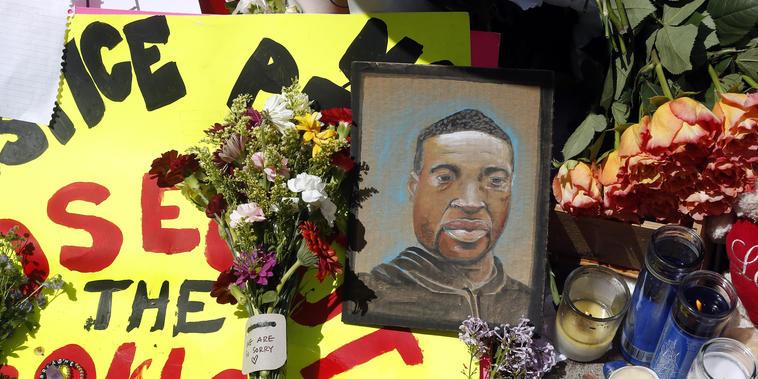 Un retrato dibujado de George Floyd cerca del sitio donde la policía lo detuvo