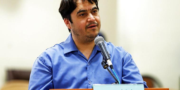 En esta foto de archivo del 2 de junio de 2020, el periodista Ruholla Zam declara durante su juicio en la Corte Revolucionaria en Teherán, Irán.