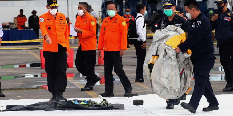 Rescatistas recogen restos hallados en el mar durante la operación de búsqueda, tras la desaparición del vuelo que se estrelló tras despegar de Jakarta.