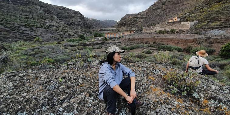 Yilin Ye, estudiante de 25 años, pasea por las montañas de la Gran Canaria