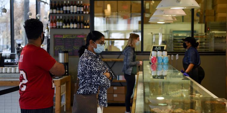 Varias personas esperan en fila en una cafetería de Houston, Texas, el 10 de marzo del 2021, el mismo día que el gobernador de ese estado eliminó el uso obligatorio de mascarillas.