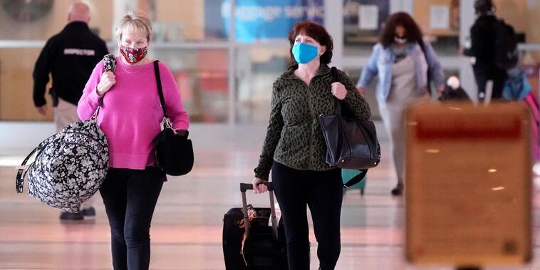 Viajeras en el aeropuerto Love Field de Dallas, Texas, el 2 de marzo del 2021.