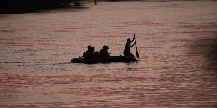 Un coyote cruzó el Rio Grande con varios inmigrantes, al atardecer en Roma, Texas, el 24 de marzo de 2021.