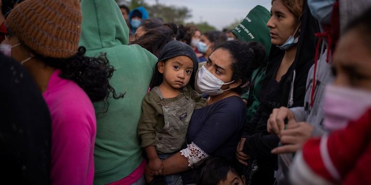 Keylin, una inmigrante hondureña, carga a su hijo de tres años Olban, poco después de haber cruzado el Rio Grande en La Joya, Texas, el 25 de marzo del 2021.