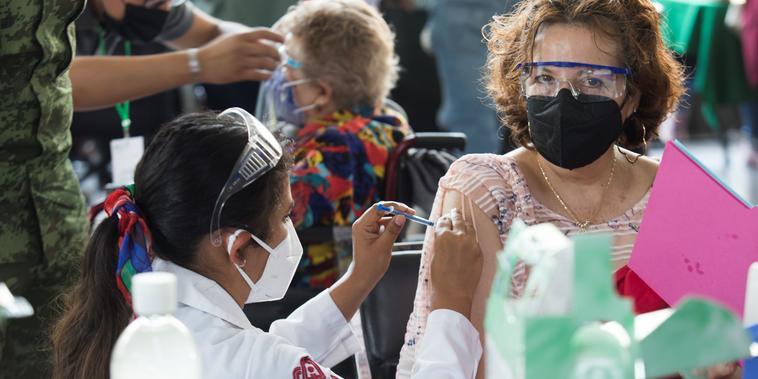 Una mujer recibe la vacuna de AstraZeneca en la Colonia Cuauhtémoc de la ciudad de México, el 30 de marzo del 2021.