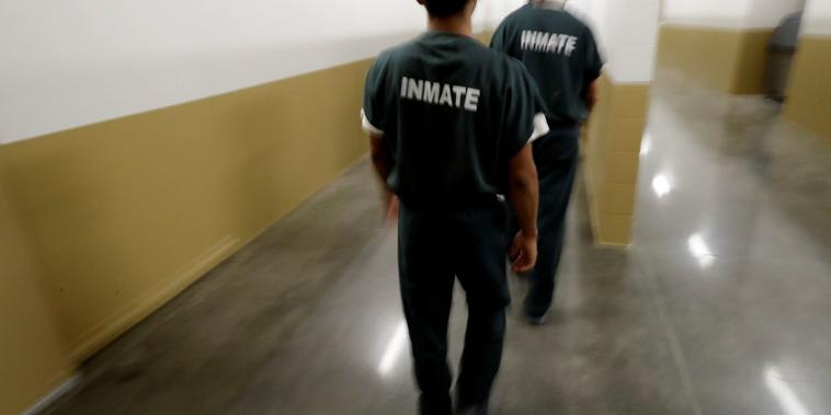 Reclusos caminan en la prisión de Otay Mesa, en San Diego. Este fue el primer centro de detención de ICE que sufrió un brote de COVID-19, en abril del 2020.