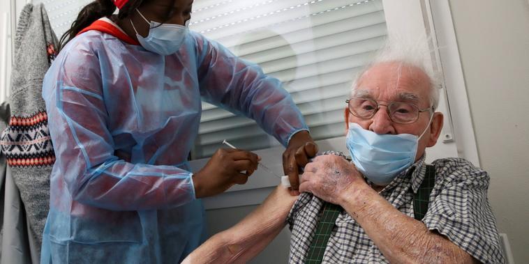 Un adulto mayor recibió la vacuna de AstraZeneca en Ronquieres, Bélgica, el martes 6 de abril del 2021. En Europa y el Reino Unido, más de 34 millones de personas han recibido esta vacuna.
