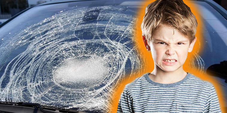Niño rompe parabrisas