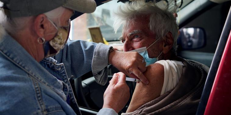 Taras Mychalewych, de 75 años, recibió la vacuna del COVID-19 en un centro de vacunación rural en Columbus, Nuevo México el 16 de abril.