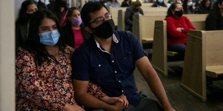 Un grupo de personas con mascarillas y distancia social participaron de la misa de Pascua en la iglesia de San Bernardo de Claraval, en Dallas, Texas, el 4 de abril del 2021.