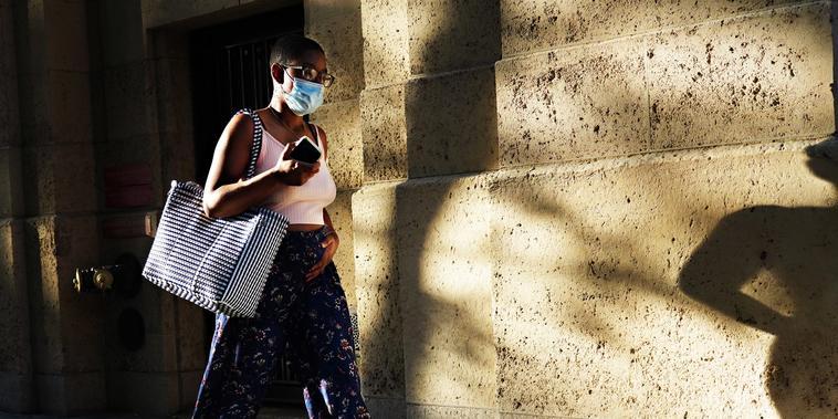 En las comunidades donde la transmisión del coronavirus es baja, es posible que no sea necesario usar la mascarilla al aire libre, dicen algunos expertos sanitarios.