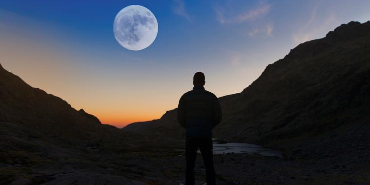 Hombre y luna llena