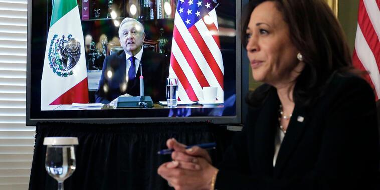 La vicepresidenta de Estados Unidos, Kamala Harris, durante la reunión virtual que sostuvo con el presidente mexicano Andrés Manuel López Obrador, el 7 de mayo de 2021.