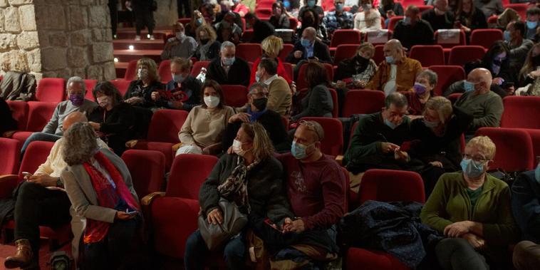 La audiencia espera el inicio de una presentación en el teatro Khan de Jerusalén, el 23 de febrero del 2021. A los asistentes se les pidió prueba de que habían sido vacunados contra el COVID-19.