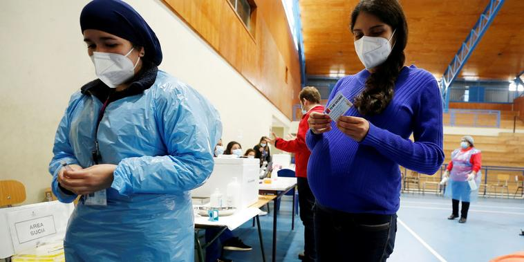 Alyson Bravo, de 31 años y con 37 semanas de embarazo, recibió la vacuna del COVID-19 el 28 de abril en Villa Alemana, Chile. En ese país, las mujeres embarazadas tienen proridad de vacunación.