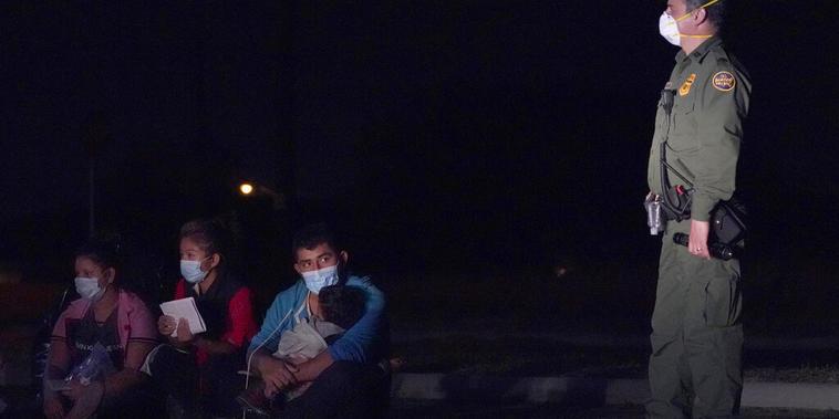 Un agente de la Patrulla Fronteriza custodia a migrantes indocumentados