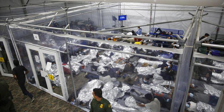 Niños migrantes en un centro de detencion de la Patrulla Fronteriza en Donna, Texas