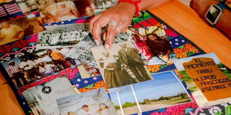 Fotos históricas que incluyen una foto en blanco y negro de la bisabuela de Corina Torralba, Effie Payne, cuyo nombre mexicano era Felipa Valdes, junto a su hijo Ned Griner, cuyo nombre era Manuel Torralba, en Brackettville, Texas.