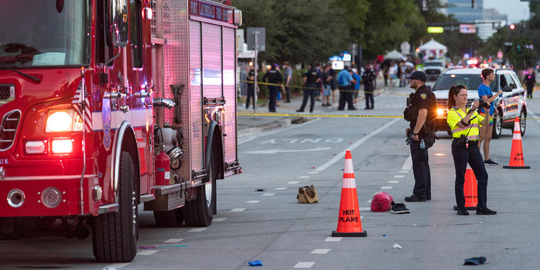 La policía investiga la escena en la que un hombre en una camioneta chocó contra una multitud de personas en un desfile del Orgullo LGBTQ el 19 de junio de 2021 en Wilton Manors, Florida.