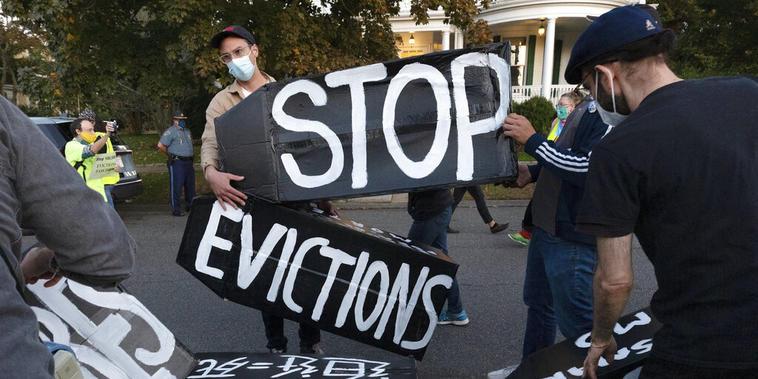 Activistas protestan contra los desalojos por impago de la renta en la pandemia de coronavirus