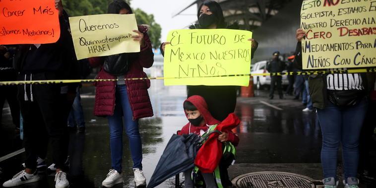 Familiares de los niños con cáncer durante una manifestación contra la escasez de medicamentos en el Aeropuerto Internacional Benito Juárez, de Ciudad de México, el 30 de junio de 2021.