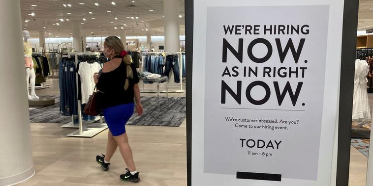 Una tienda Nordstrom en Coral Gables, Florida, buscaba empleados el 21 de mayo del 2021. Las cifras de trabajo en EE.UU. han mejorado, per aún no alcanzan los niveles registrados antes de la pandemia de COVID-19.