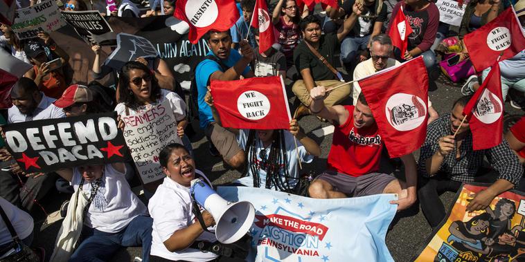 Los manifestantes se reúnen a lo largo de Pennsylvania Avenue frente a la Casa Blanca durante una manifestación a favor de DACA en Washington, D.C., el 5 de septiembre de 2017.