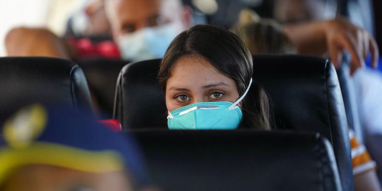 Una migrante venezolana a bordo de un autobús tras haber sido detenida por la Patrulla Fronteriza en el sector Del Rio
