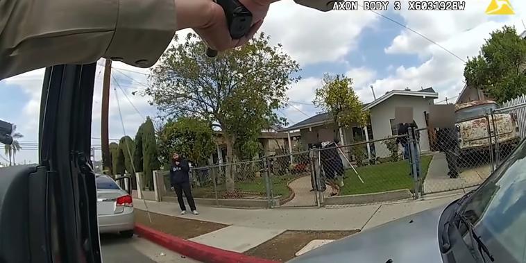 Imagen de la cámara corporal de uno de los agentes de la oficina del Sheriff de Los Ángeles que enfrentaron al hispano David Ordaz Jr, a quien se puede ver al fondo, vestido de color negro.