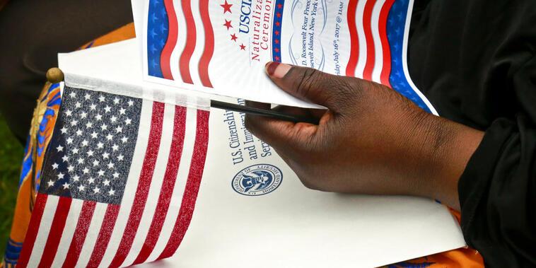 Una persona sostiene el programa de una ceremonia de naturalización celebrada en Nueva York, en julio de 2021.