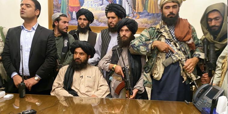 Los talibanes toman control del palacio presidencial en Kabul este domingo.