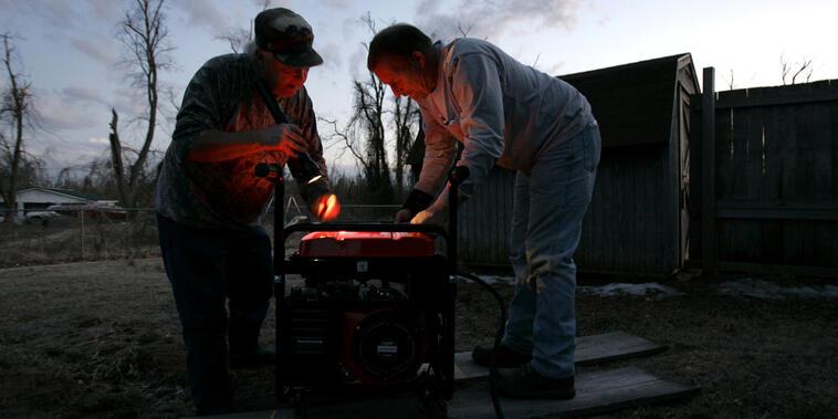 Muchos recurren a generadores portátiles ante los cortes de energía que provocan las tormentas, lo cual aumenta el riesgo de incidentes, indican expertos (Archivo).