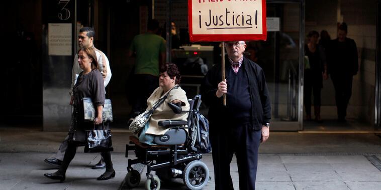 En una imagen del 2013, una víctima de la talidomida en España sale de una corte en Madrid donde se juzgaba si la farmaceutica alemana Gruenenthal debía compensar a una veintena de españoles que nacieron con malformaciones congénitas a causa del medicamen