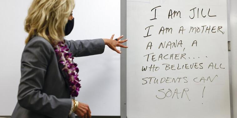 La primera dama Jill Biden visita en mayo 2021 un salón de clases en la escuela secundaria Glendale en Salt Lake City. Carlos Barria | Pool vía AP