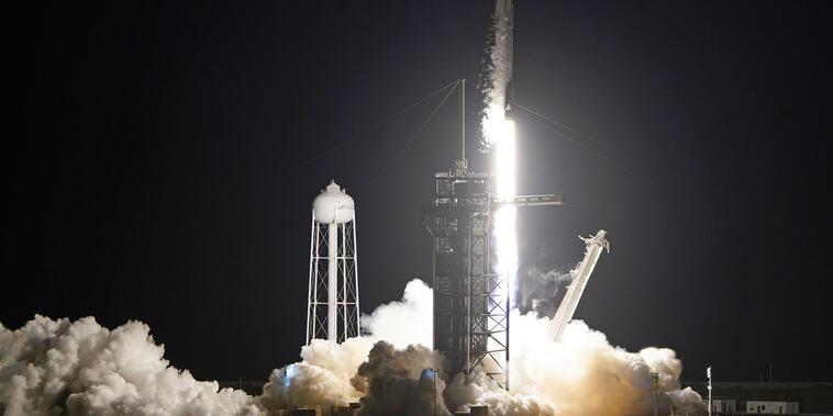 Un cohete Falcon 9 de SpaceX despega con cuatro personas particulares desde el Centro Espacial Kennedy en Cabo Cañaveral, Florida, el miércoles 15 de septiembre de 2021.