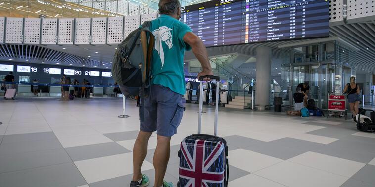 Un pasajero observa el horario de salidas en el aeropuerto internacional de Split, Croacia.
