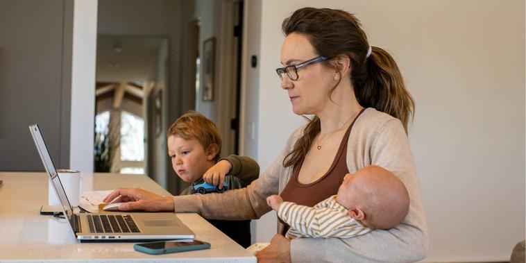 Madre haciendo home office y cuidando de sus hijos