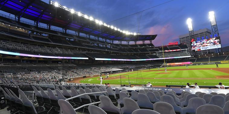 En imagen de archivo del jueves 30 de julio de 2020, siluetas de cartón con las imágenes de aficionados en las tribunas vacías apuntan al campo de juego en el sexto inning del partido entre los Bravos de Atlanta y los Rays de Tampa Bay, en Atlanta.