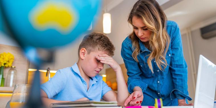 Niño estresado por las clases en línea