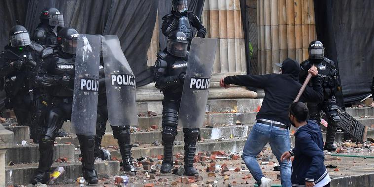 Manifestantes y agentes del Esmad se enfrentan frente al Capitolio en la plaza Bolívar de Bogotá, el 5 de mayo de 2021.