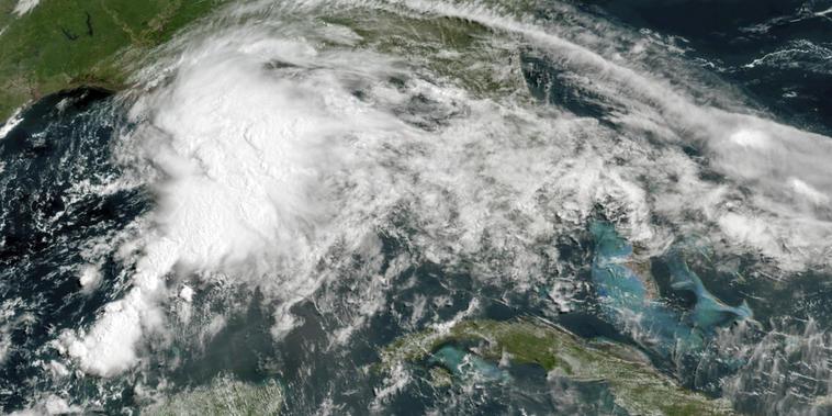 Las autoridades de Louisiana, Mississippi y Alabama se preparan para el grande y aún disperso sistema tropical que comenzó a lanzar bandas de lluvia y viento en la costa norte del Golfo de México este viernes.