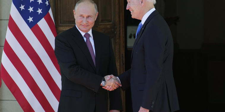 El presidente ruso Vladimir Putin, a la izquierda, y el presidente estadounidense Joe Biden