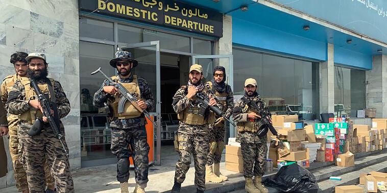 Combatientes talibanes montan guardia en el aeropuerto de Kabul.