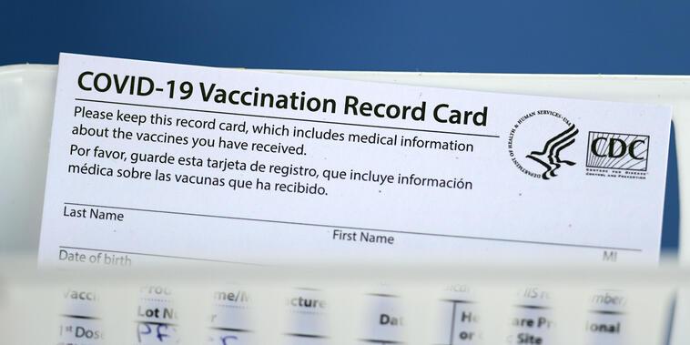 Tarjeta de vacunación contra el COVID-19.