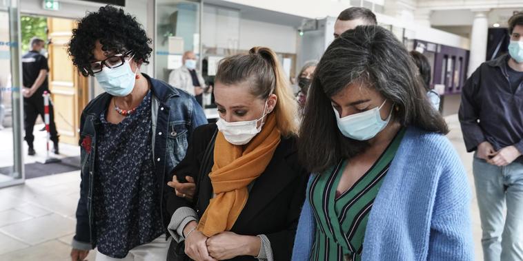 Valerie Bacot (centro) llega con familiares al juzgado de Chalon-sur-Saone, en el centro de Francia, el jueves 24 de junio de 2021.