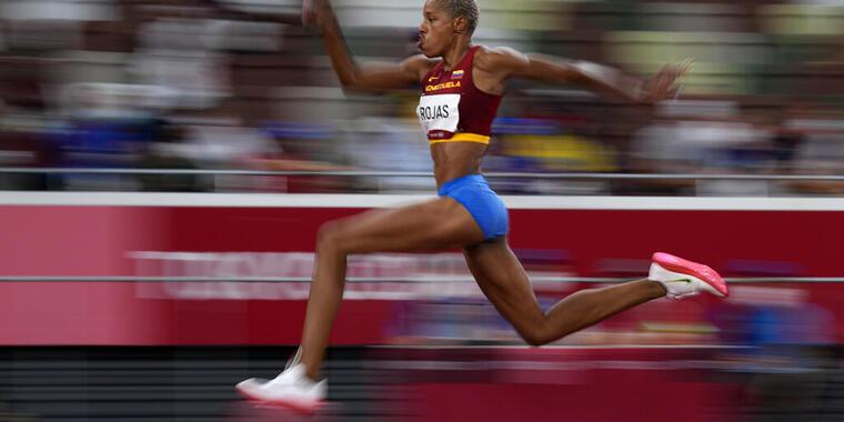 Yulimar Rojas, de Venezuela, compite en la final de salto triple este domingo.