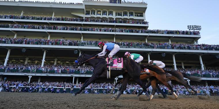 Medina Spirit, montado por el boricua John Velázquez, gana la edición 147 del Derby de Kentucky, el sábado 1 de mayo de 2021, en Louisville