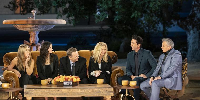 """En esta imagen proporcionada por HBO Max Jennifer Aniston, de izquierda a derecha, Courteney Cox, Matthew Perry, Lisa Kudrow, David Schwimmer y Matt LeBlanc en una escena del especial de   'Friends, la reunión""""."""