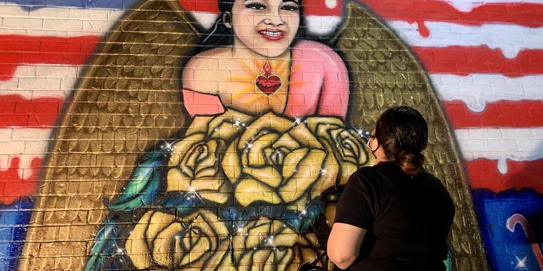Gloria Guillen contempla un mural en homenaje a su hija asesinada, Vanessa, tras ser pintado en el sureste de Houston.