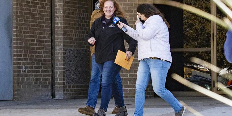 Jenny Cudd, al centro, propietaria de una florería y excandidata a la alcaldía de Midland se retira junto a otra persona (atrás de ella) el miércoles 13 de enero de una corte federal, en Midland, Texas.